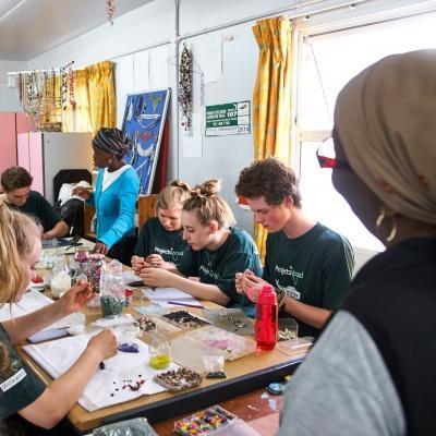 Pasantes de desarrollo internacional en Sudáfrica trabajan junto a empresaria local.
